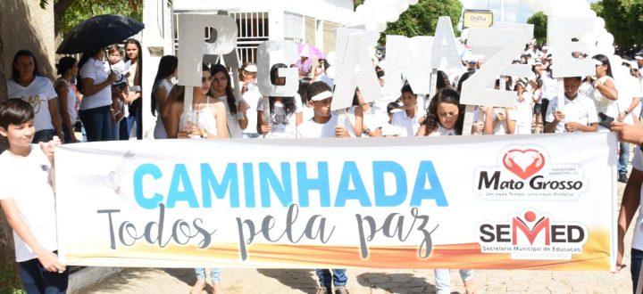 População sai às ruas na 3ª Caminhada pela Paz; prefeito assina ordens de serviços