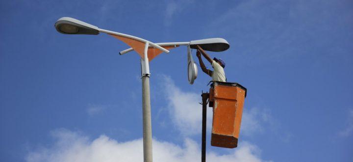Prefeitura realiza troca de lâmpadas na principal avenida da cidade